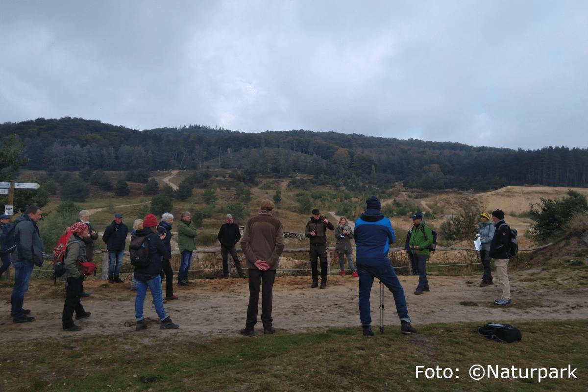 Die angehenden Naturparkführer im Kreis stehend im Sand