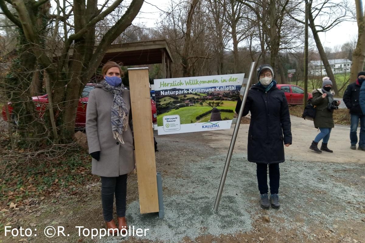 """Aufstellen des neuen Ortseingangsschilds: """"Herzlich Willkommen in der Naturpark-Kommune Kalletal"""