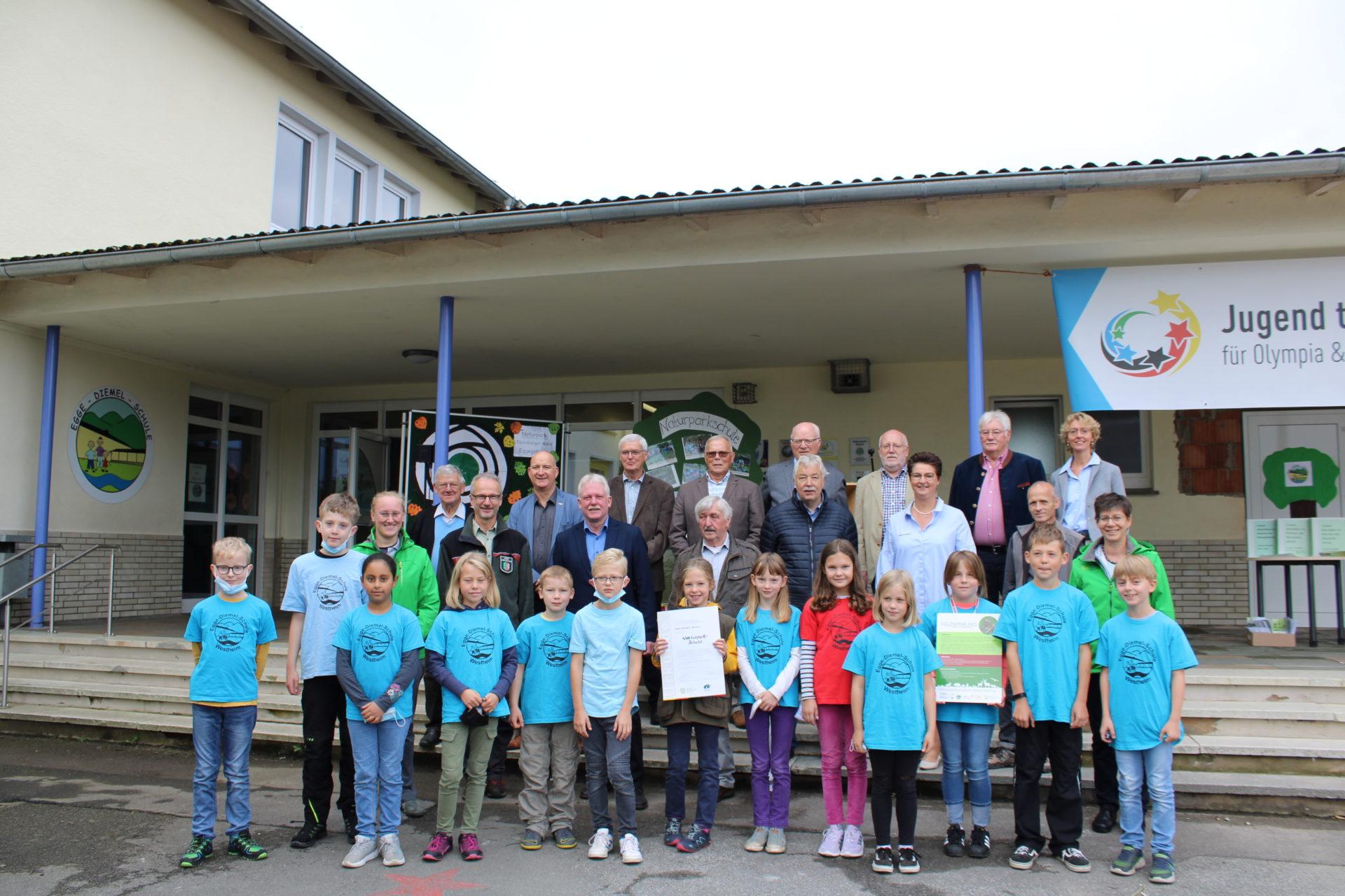 Gruppenfoto mit Schülern und Partnern der Naturpark-Schule
